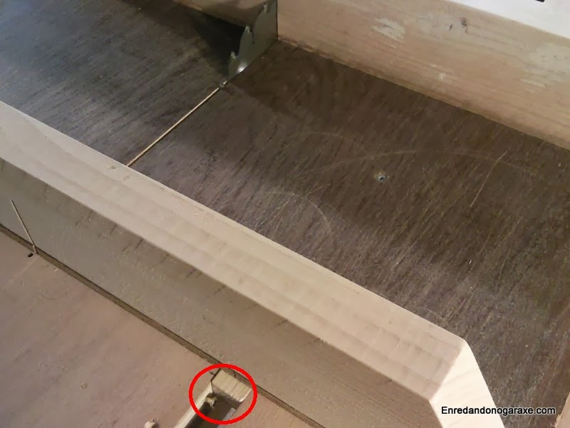Screw to stop the sled before the disc protrudes behind the wooden blocks. woodworking.enredandonogaraxe.com