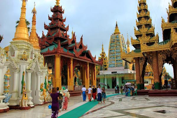Santuario Mahabodhi en el interior de la Pagoda Shwedagon