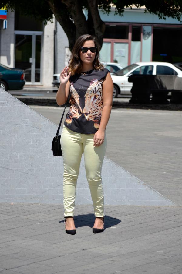 look_outfit_pantalon_amarillo_camiseta_leopardo_colgante_símbolo_infinito_zapatos_pico_pinchos_Zara_nudelolablog_05