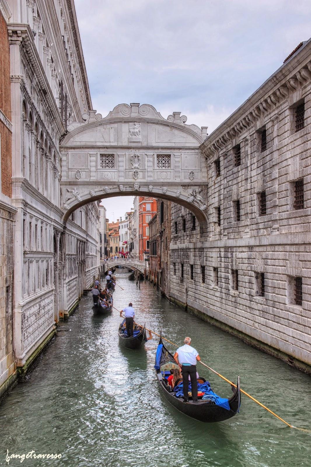 Venise et les gondoles au-dessus du pont des soupirs