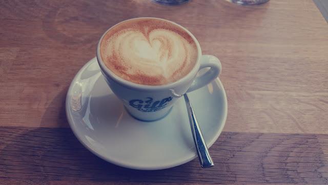 Káva v Gill's Coffee Shop & Espresso Bar