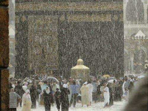 Kondisi Ka'bah ketika hujan deras Kamis malam