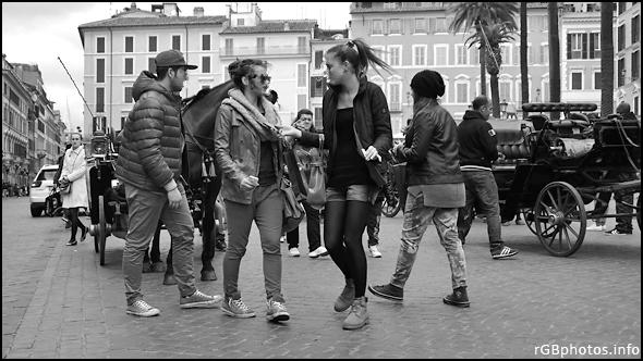 Fotografia in bianco e nero di ragazze in città il sabato pomeriggio