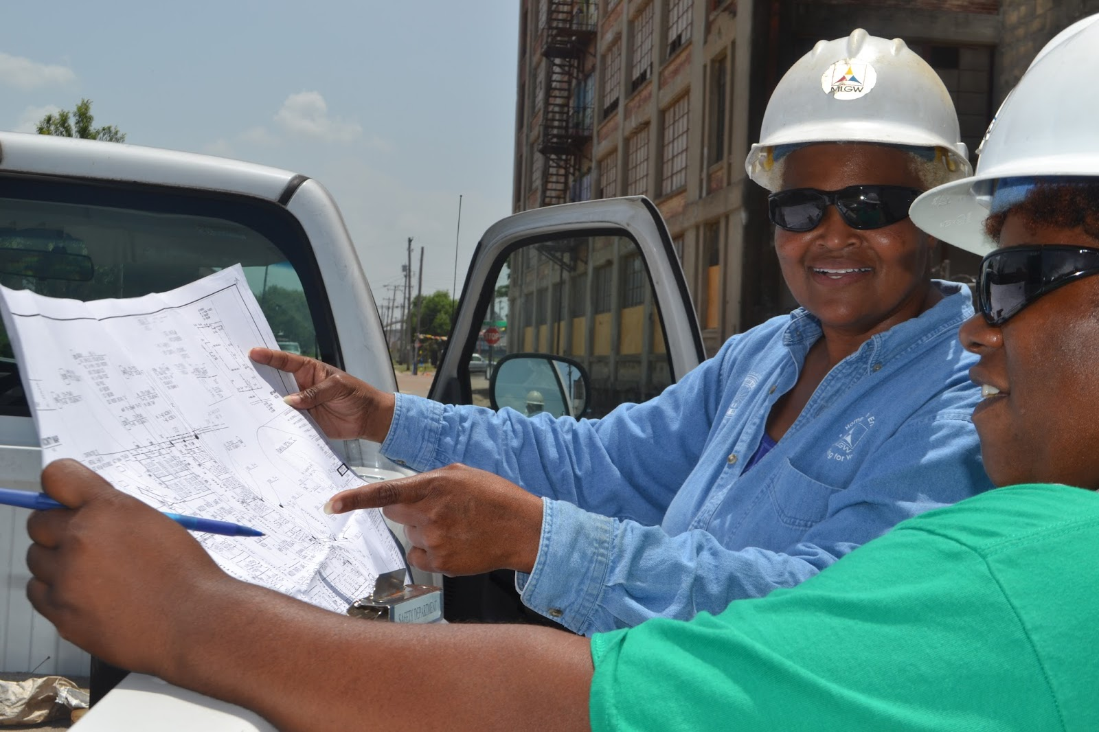 bird on a wire forum guides women on the ins and outs of utility work on left glynis finnie map and blue shirt