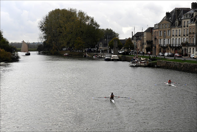 De vieux gréements sur la Vilaine, accompagnés par d'autres rameurs