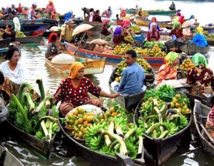 keberadaan sungai di banjarmasin memiliki peran penting baik untuk perekonomian masyarakat maupun bagi sektor pariwisata salah satunya pasar terapung yang