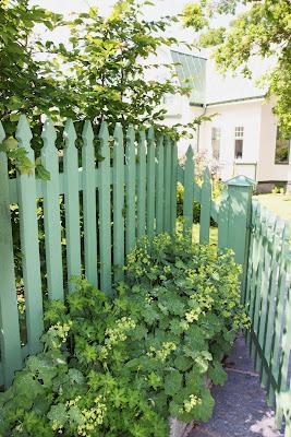 ... virket där. Hennes staket pryder många av mina kunders trädgårdar
