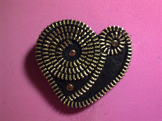 http://creatiblogs.com/post/paso-a-paso-broche-de-cremallera-how-to-zipper-brooch-fid-168600