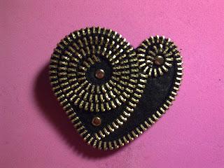 http://creatiblogs.com/post/paso-a-paso-broche-de-cremallera-how-to-zipper-brooch-fid-168600