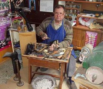 Foto de un zapatero en su zapatería