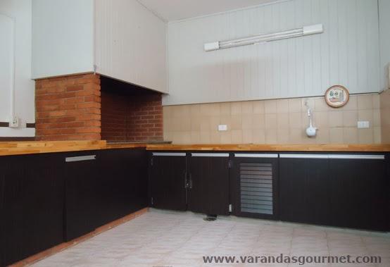 balcão refrigerado com 2 portas em fórmica padrão madeirado.