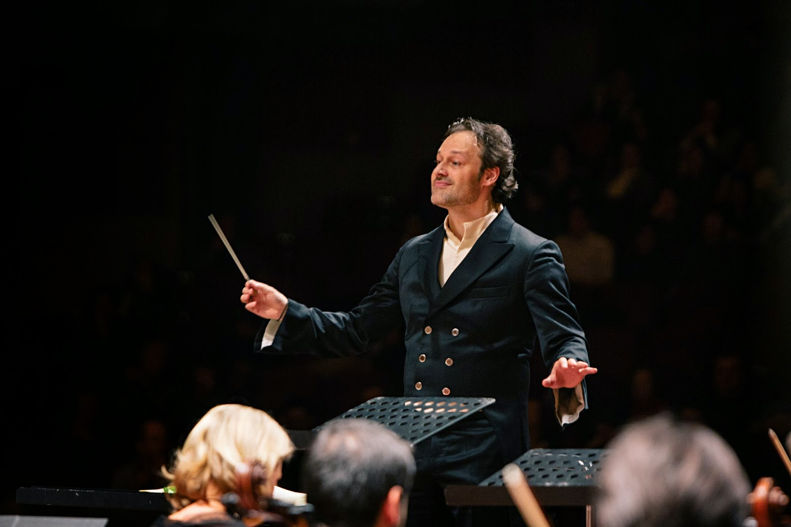 Sascha Goetzel conducting the Borusan Istanbul Philharmonic Orchestra in Haydn's The Seasons photo credit Ozge Balkan