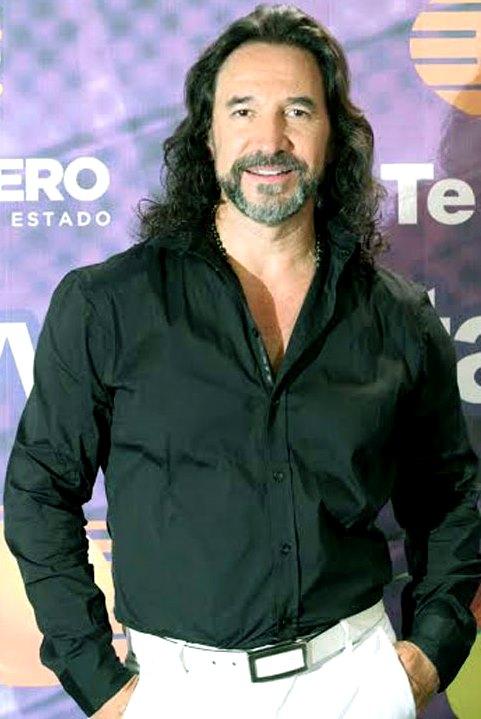 Cantante Marco Antonio Solis con ligera sonrisa