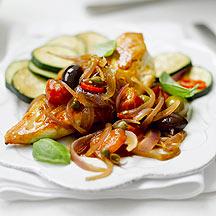 Pollo con Salsa de Tomate y Cebolla Roja