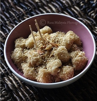 Rasa Malaysia recipe for Sticky Rice Balls with sesame seeds