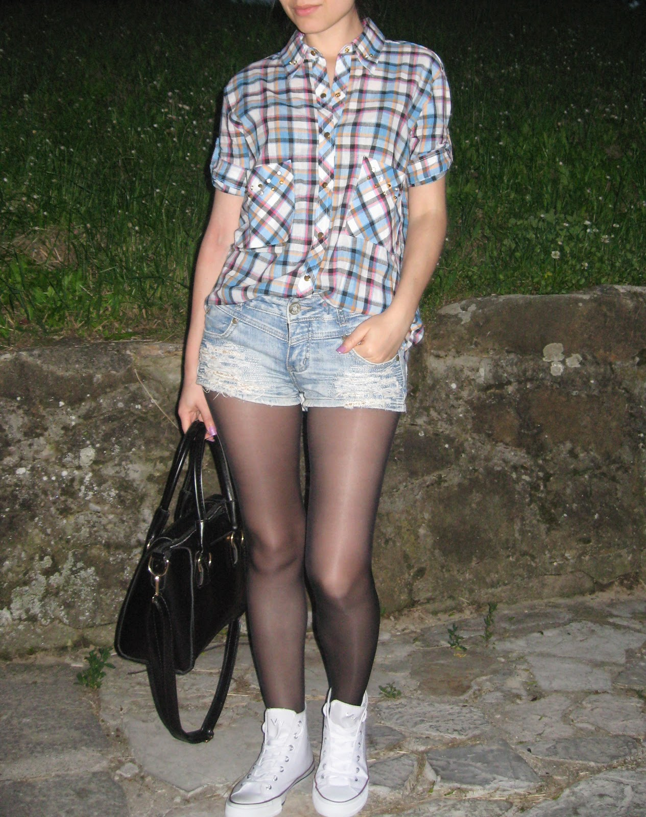 OOTD, deichmann white sneakers, white converse, styling white converse sneakers, sammydress black tote bag, blue plaid shirt, denim shorts, messy bun, casual outfit