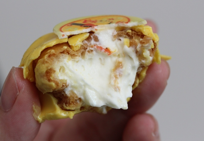 Filling of the Easter cream puff