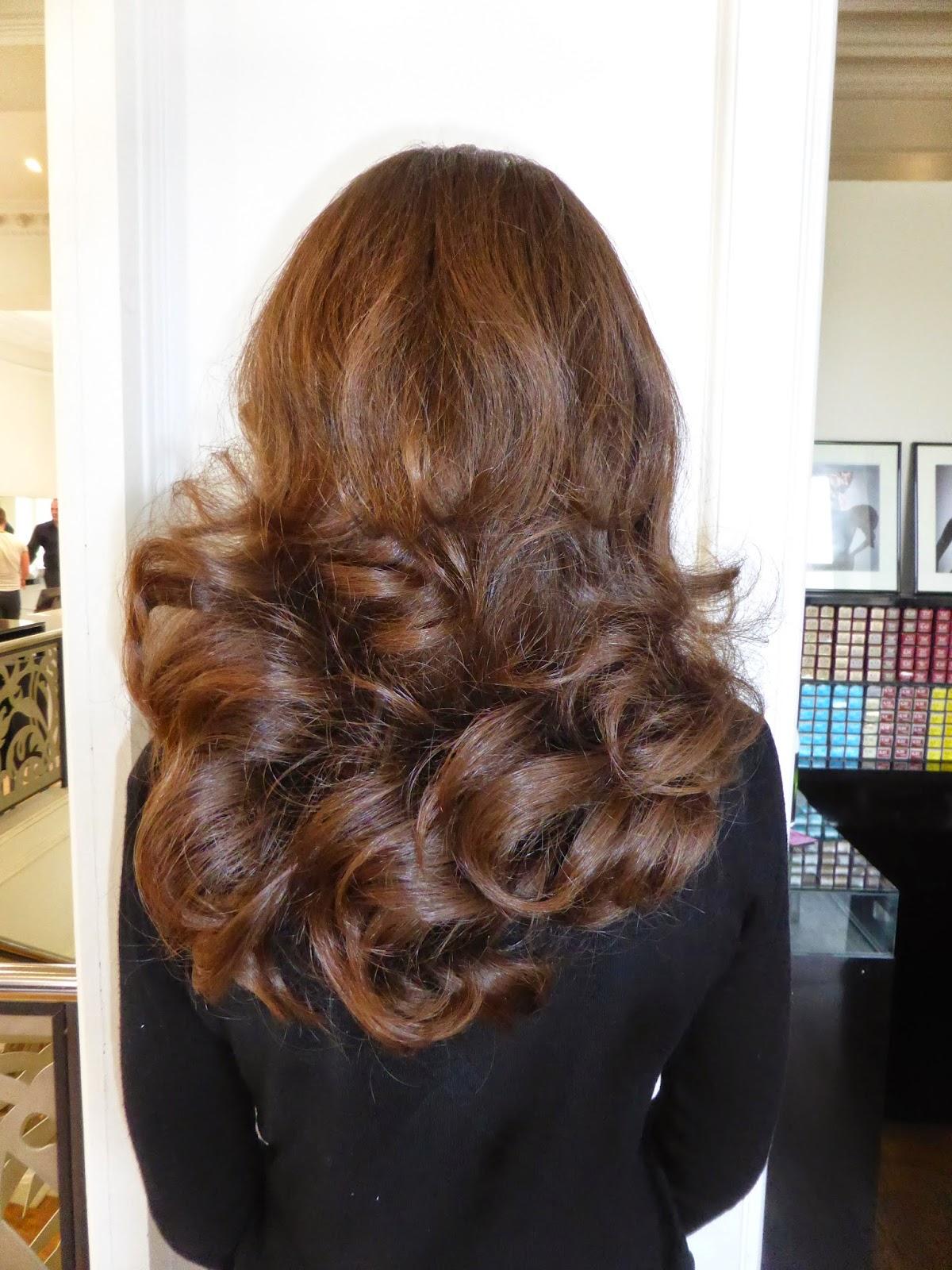 Un coiffage glamour, sensuel, un coiffage qui tient et permet  d'arborer de superbes mouvements sur les longueurs, afficher un volume à faire pâlir nombreuses d'entre vous.