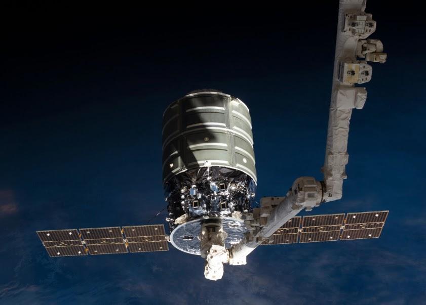 Корабль Cygnus, пристыкованный к МКС с помощью робота-манипулятора Canadarm2 во время своего первого полета 22 октября 2013 года.