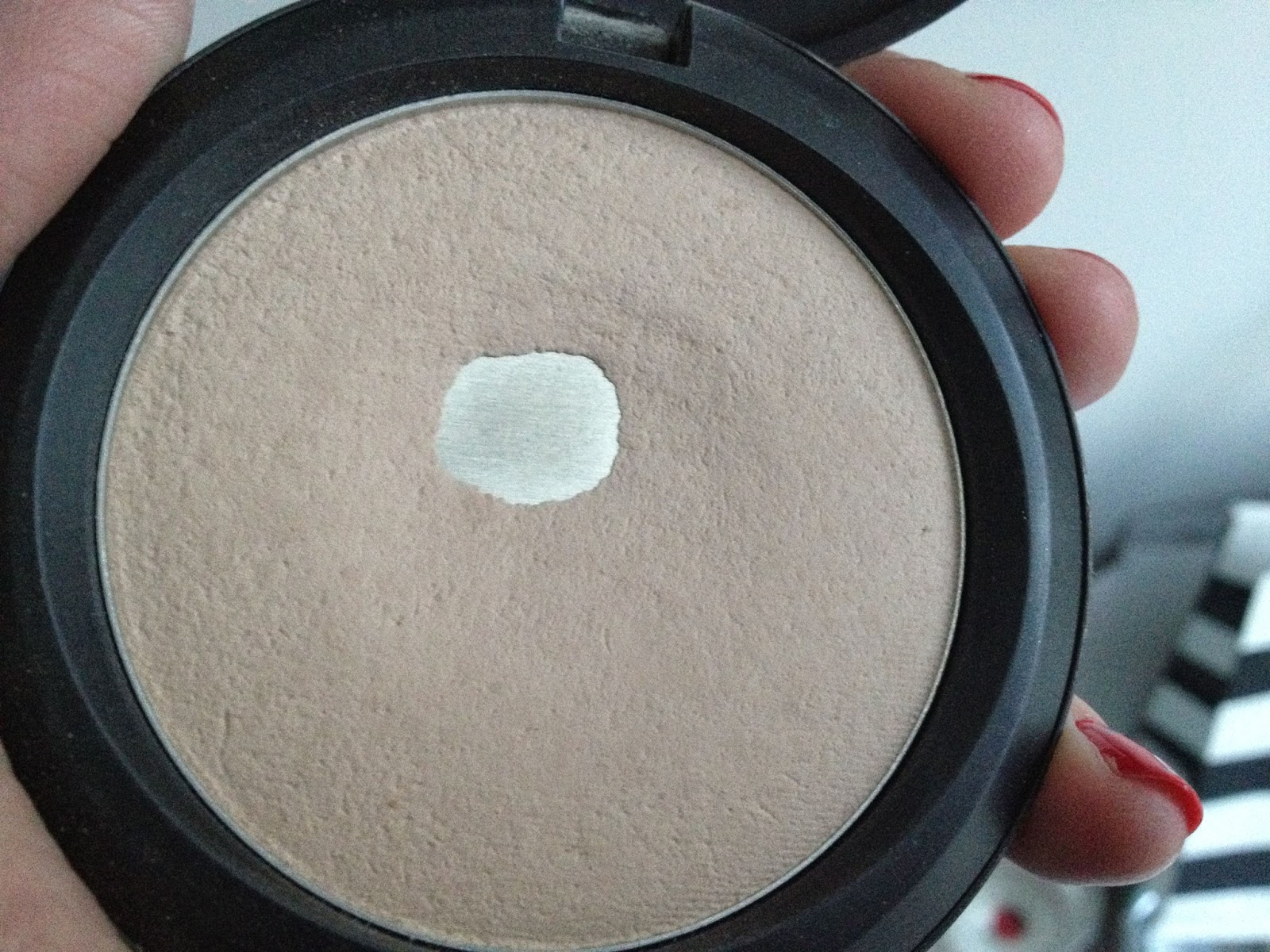 MAC Blot Powder compact in medium