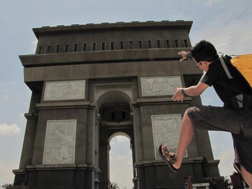memanjat monumen gumul