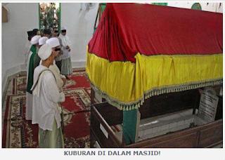 Sholat Di Mesjid Yang Ada Kuburan
