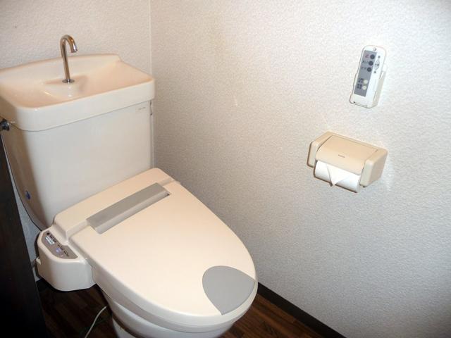 Japoneses combinar vaso sanitário com piá para economizar água