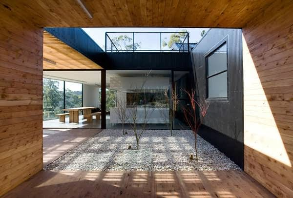 CONTEMPORARY COURTYARD PEEK A BOO HOUSE DESIGN FOCUSES AS
