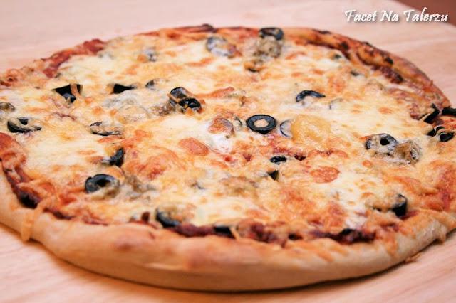 Pizza z trzema serami, rukolą i prosciutto
