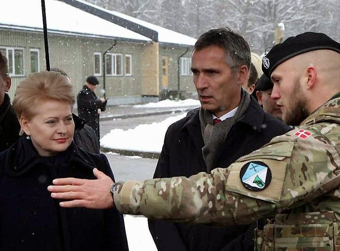 A presidente da Lituânia Dalia Grybauskaite e o secretário geral da OTAN Jens Stoltenberg visitam o centro de controle aéreo de Karmelava.