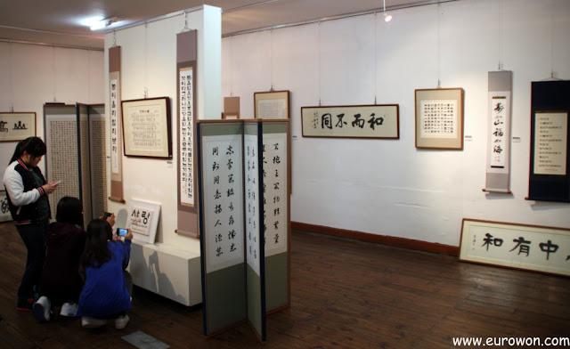 Exposición de obras de caligrafía coreana en el Centro Artístico Mooee de Pyeongchang