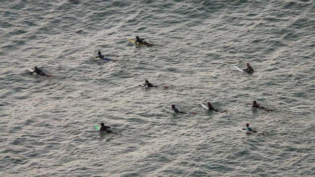 surfistas en menakoz