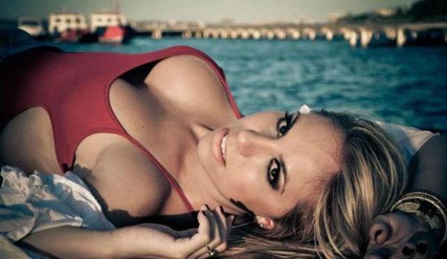 Ensaio sensual da Latinete Natalia Arantes nua e pelada