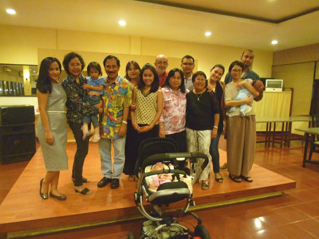 Familia indonesia posando