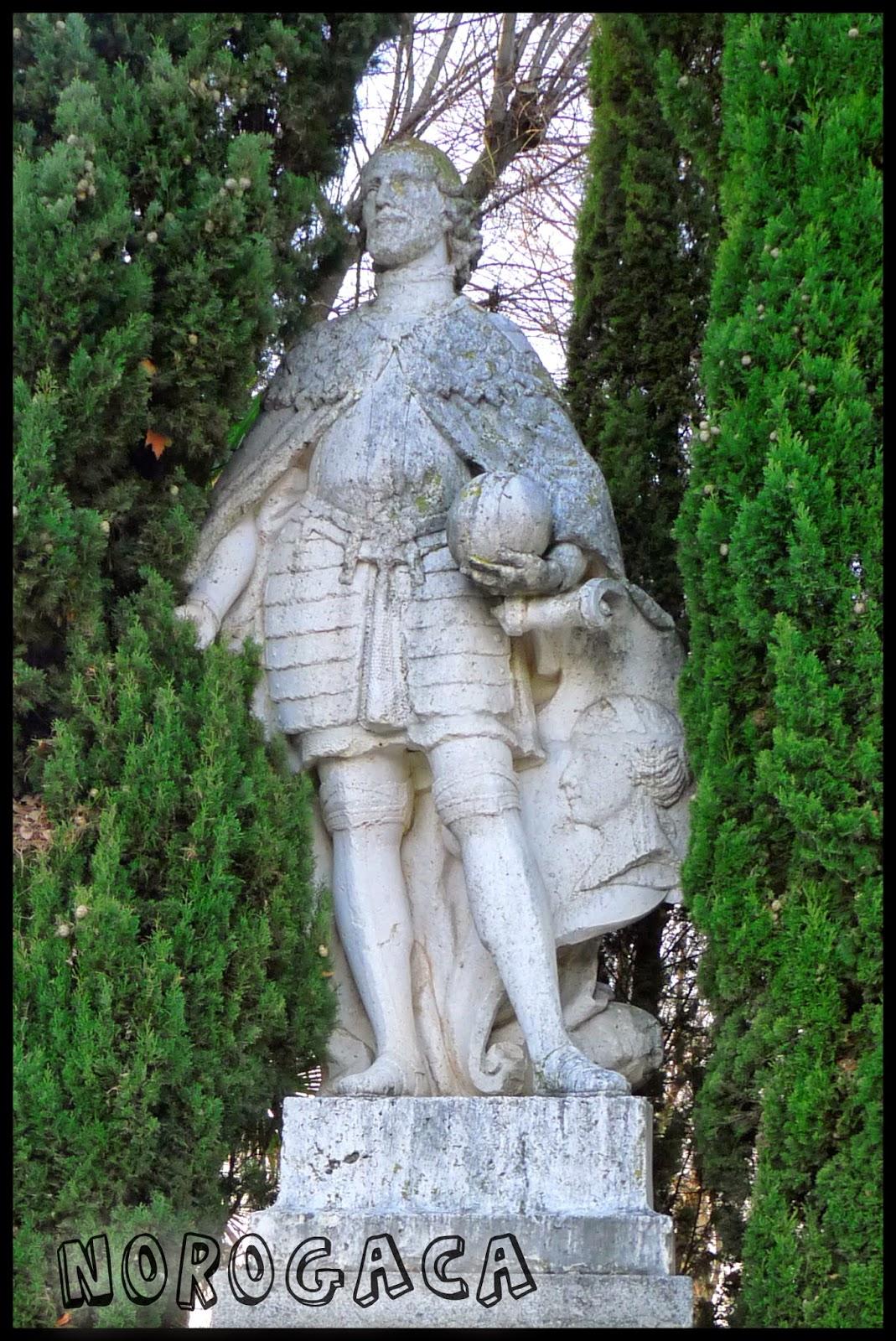 Estatua de Alfonso VII en el paseo de Merchán.