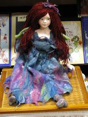 Raamatukoguhaldjas Matilda (nuku valmistas Annika Saare)
