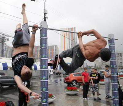 Фото Укринформ:упражнения на перекладине