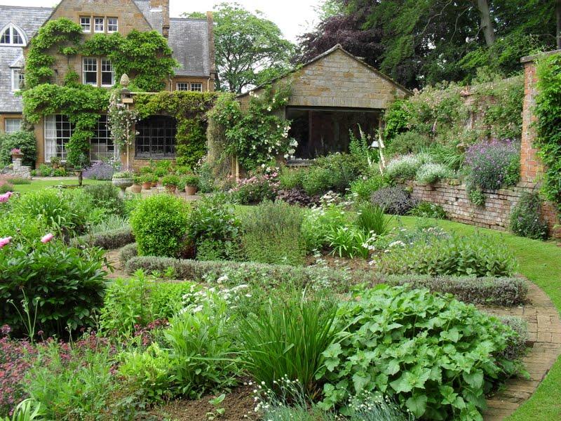 T H E R O S E B A N K D I A R I E S An English Country Garden