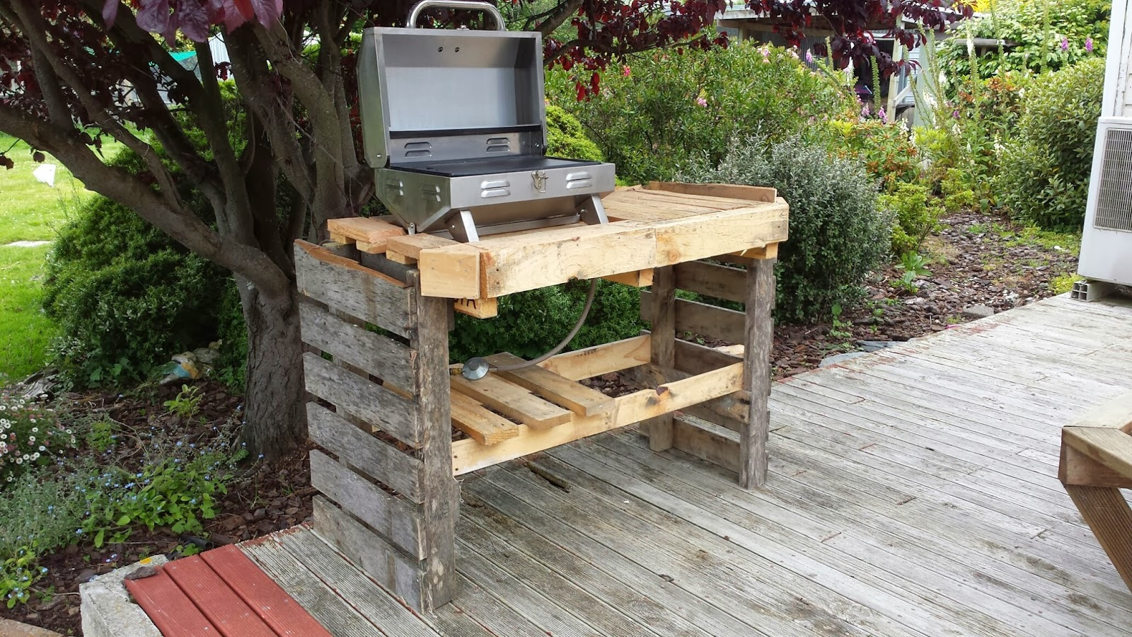 Mark herring some pallet fun for Construire barbecue exterieur