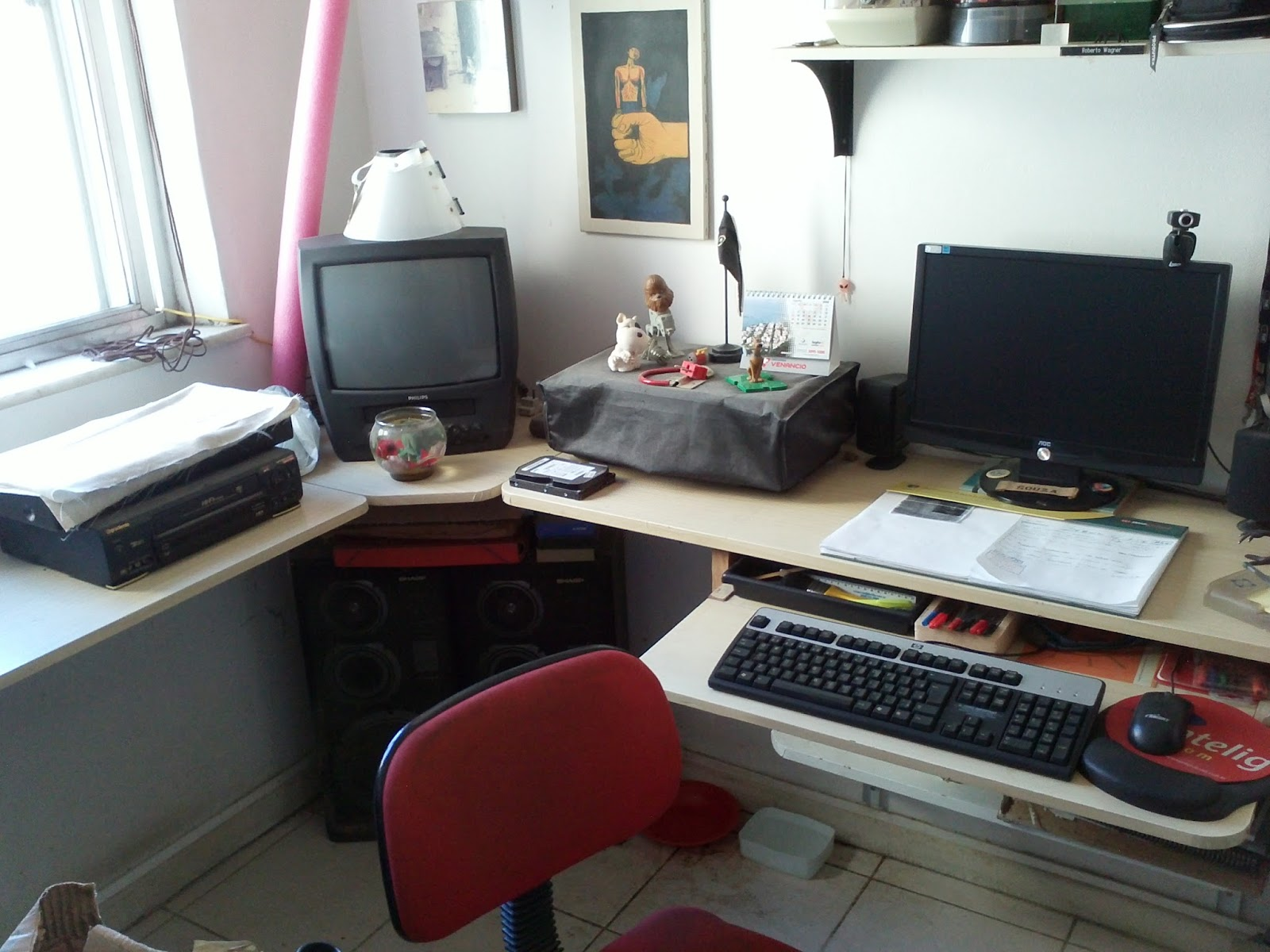Mesa para PC Fiz o projetinho mandei cortar montei cobri com  #67302F 1600x1200