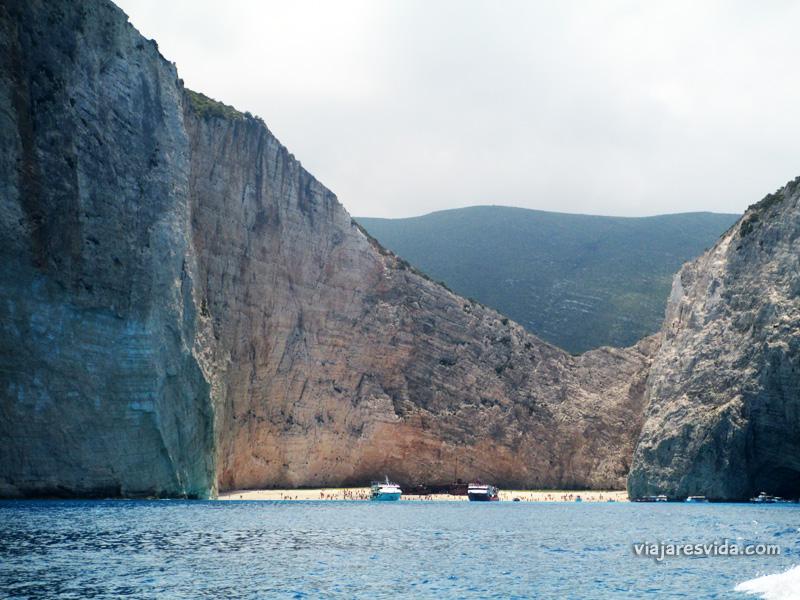 Viajaresvida - Llegando en barco a Navaggio Beach