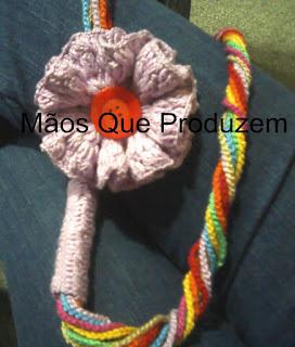 Colar de flor de crochê.