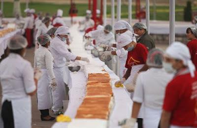 100 cocineros y estudiantes de repostería participan en la elaboración de la torta más grande del mundo en el Centro Cívico del distrito de Comas.