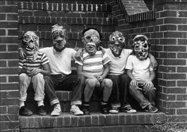 fotografia antigua de cuatro enmascarados en halloween