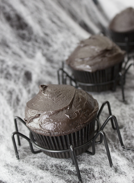 Frightful Friday: Dark Chocolate Spider Cupcakes {so sweet like sarah} #halloween #cupcakes