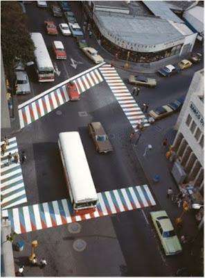 Las avenidas de Caracas, con los pasos peatonales pintados por Cruz Diez!