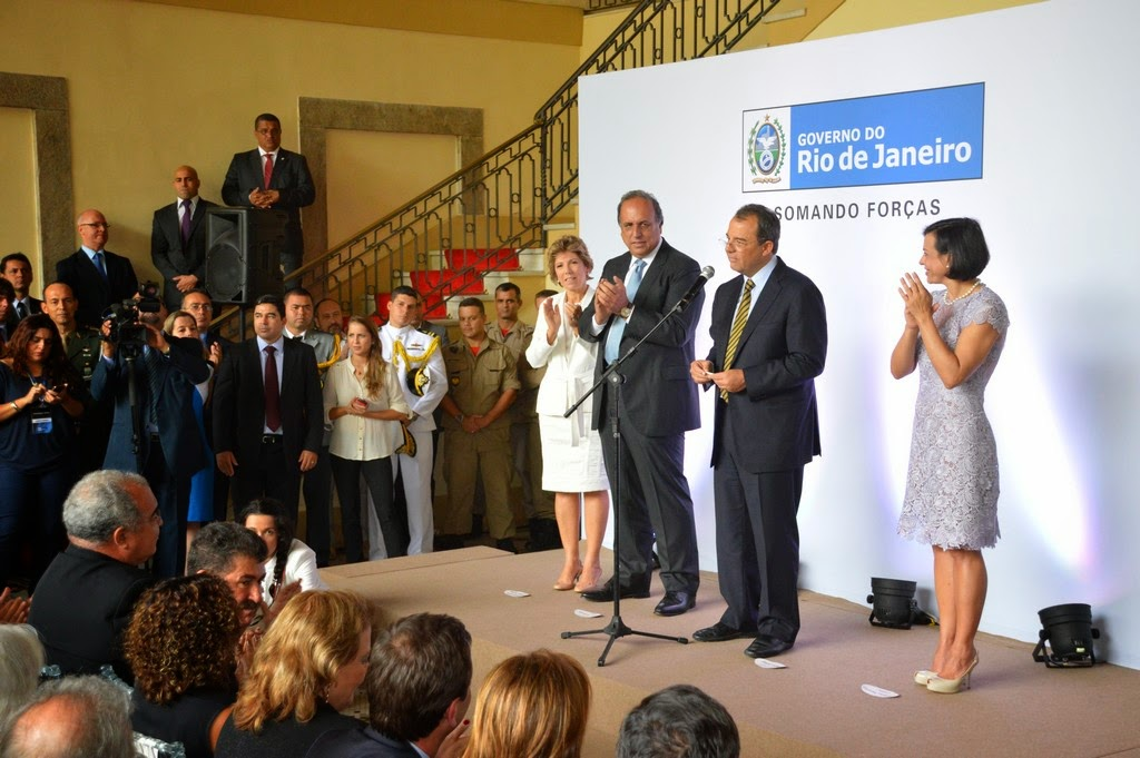 Luiz Fernando Pezão e Sérgio Cabral entre Maria Lúcia Cautiero e Adriana Ancelmo
