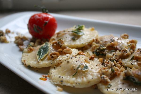 Teigtaschen mit Kürbis gefüllt, in Butter aus Salbei, Walnuss und Mohn