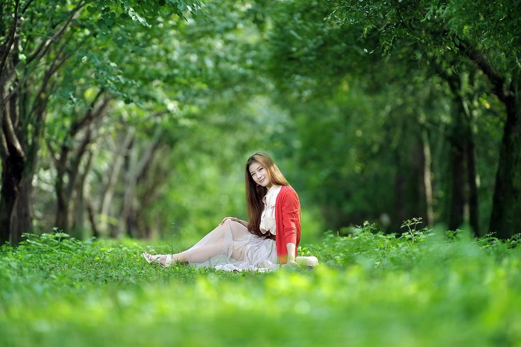 往日甜蜜有多少 (wǎng rì tián mì yǒu duō shǎo) - How sweet is the past 欢笑有多少 (huān xiào yǒu duō shǎo) - How much happiness 如今已不再我们身边绕 (rú jīn yǐ bù zài wǒ men shēn biān rào) - Today it is no longer around us