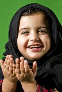 Bayi lucu muslim berjilbab cantik tersenyum